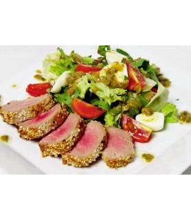 Салат с тунцом и кунжутом на гриле